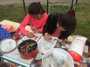 a gyerekek színezhettek , fonhattak, rajzolhattak